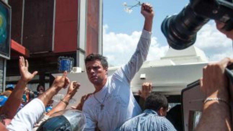Leopoldo López entregándose a las autoridades.
