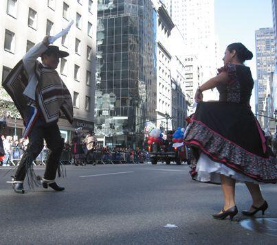 El baile y la música calentaron las calles que en la temprana mañana se...