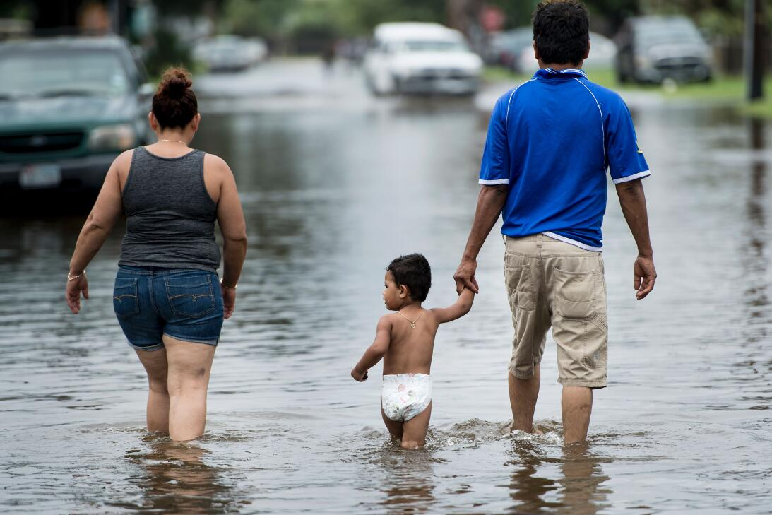Las calles inundadas de la isla de Galveston, al sur de Houston.