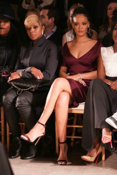 Tenemos que reconcer que la elección de vestuario de Rihanna simplemente...