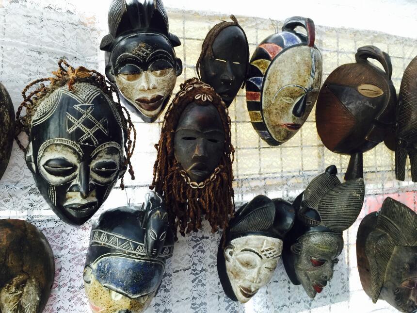 Las máscaras talladas en madera tienen un papel importante en las ceremo...