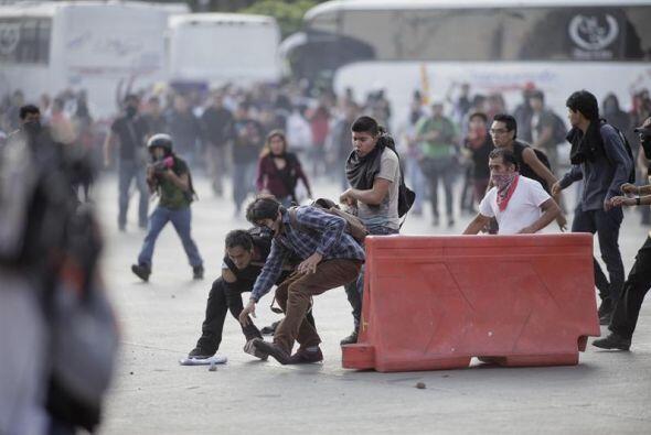 Los uniformados fueron atacados con piedras, palos, botellas, gas pimien...