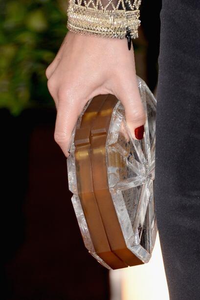 Lizzy Caplan uso un bello 'clutch' en forma de abanico en tonos plata y...