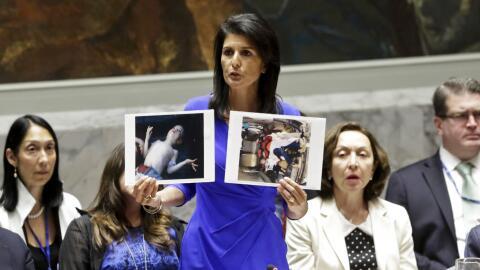 La embajadora de EEUU en la ONU, Nikki Haley, muestra fotos de ví...