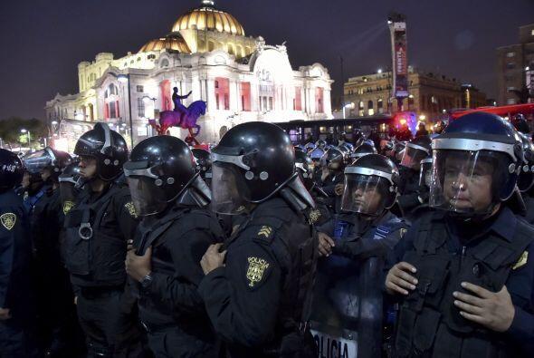 Por su parte, la autoridades desplegaron a un numeroso grupo de granader...