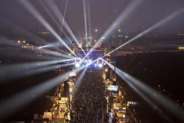Centenares de personas se congregaron frente a la Puerta de Brandemburgo...
