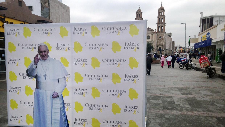 Un retrato del papa Francisco anuncia la próxima visita del pontífice en...
