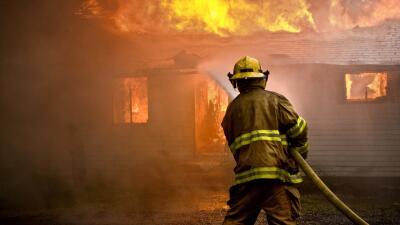 Bombero atiende incendio.