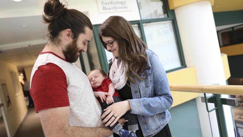 El bebé Sebastian con sus padres Christopher Havill y Kristine Barry en...