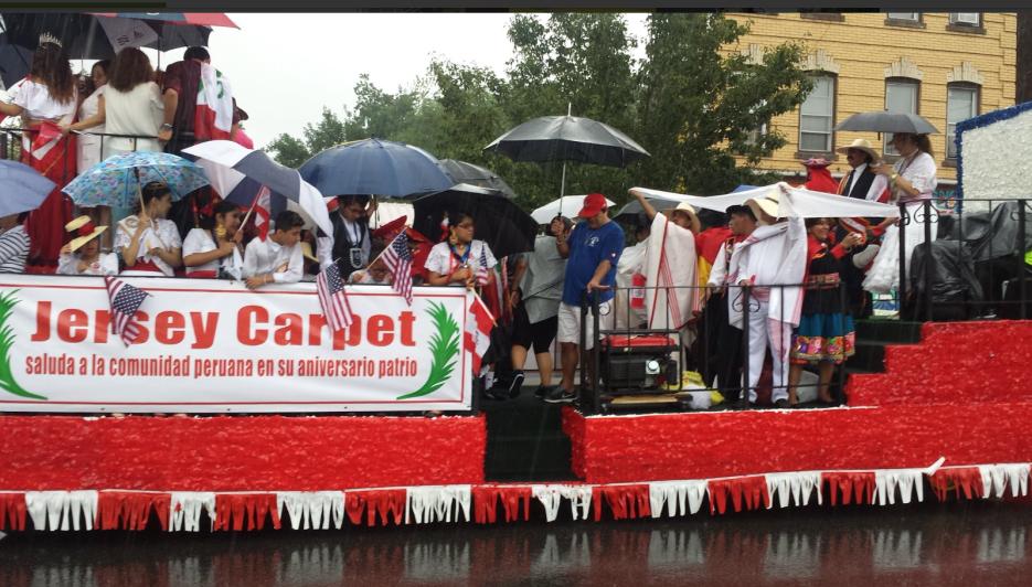Unos se protegían de la lluvia con paraguas y otros con sombreros.
