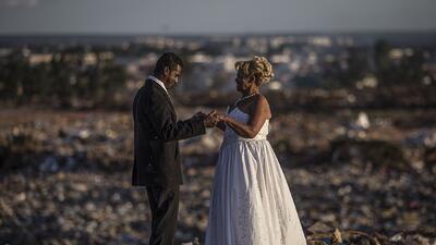 Plantada en la Iglesia, casada en el basurero: la boda que se celebró en el vertedero más grande de América Latina