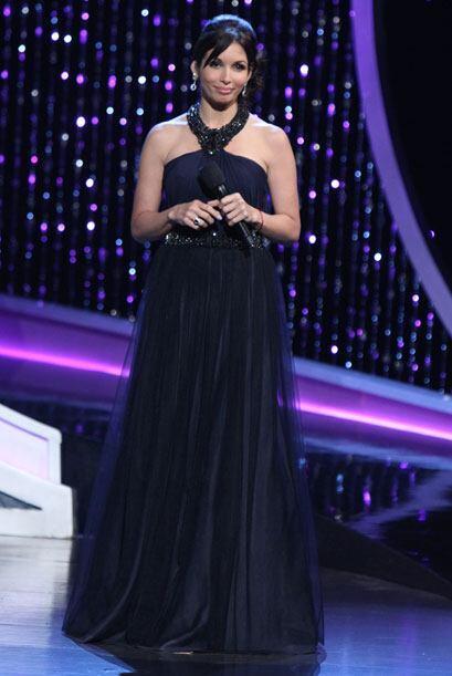 En esta gala, en la primera hora, Giselle usó un traje corto de color do...