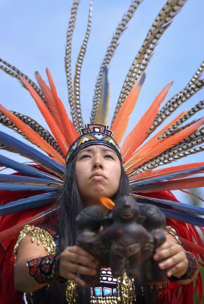 Ya seas hombre o mujer, puedes usar un atuendo prehispánico, que...