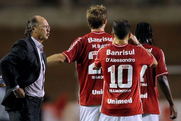 Falcao dando instrucciones a dos argentinos, el 10, Andrés D´Alessandro,...