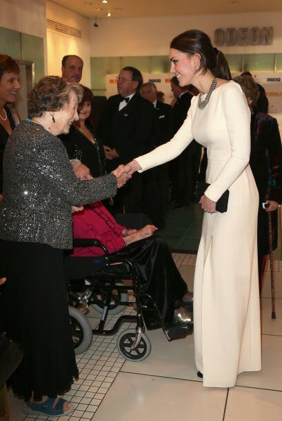 Los asistentes a la función esperaron para poder saludar a Kate Middleton.