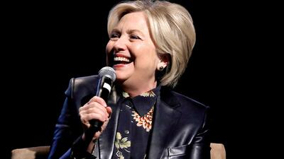 Hillary Clinton participa en una conferencia para inspirar a mujeres adolescentes en Los Ángeles