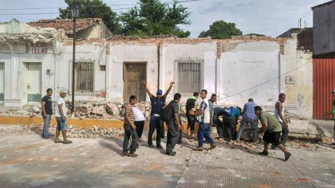 Migrantes centroamericanos apoyando en las brigadas de rescate luego del...