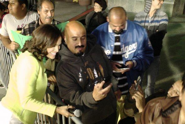 Karlita regalando sonrisas y fotos a sus fanáticos.