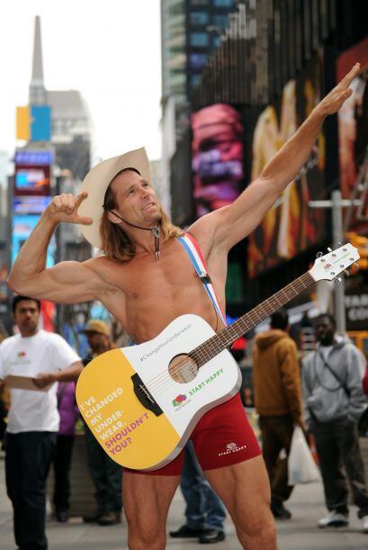 Robert camina siempre con una guitarra en frente de sus calzoncillos.