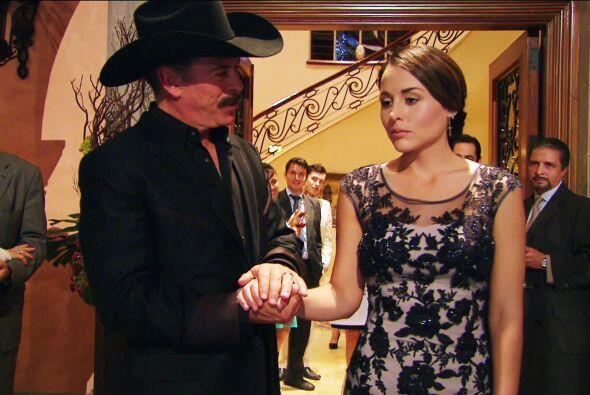Sí, ese vestido que te regaló Fausto se ve hermoso en ti. ¡Eres una verd...