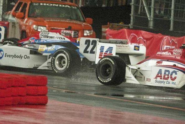 La lluvia provocó otros accidentes menores que dejaron a varios autos en...