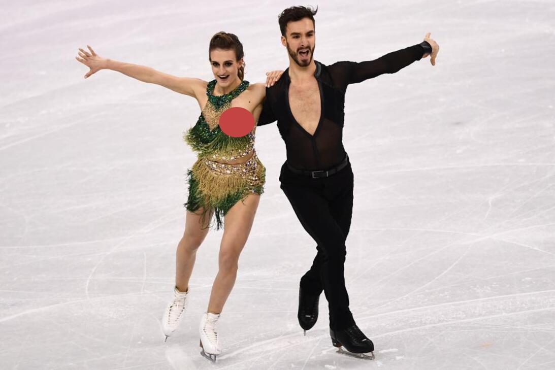 Patinadora enseña un pecho durante rutina en Olímpicos de Invierno pictu...