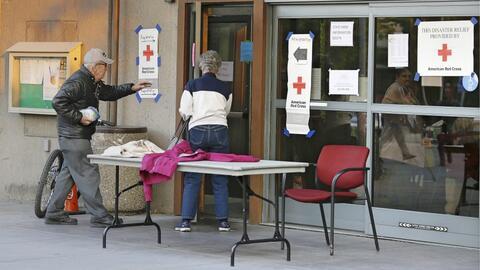Refugio en Santa Rosa, California, habilitado por la Cruz Roja para evac...