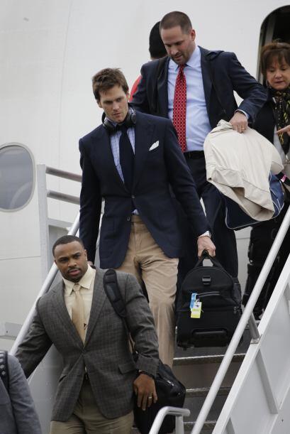 Tom Brady descendió vestido con un pantalón de pana color caqui, saco az...