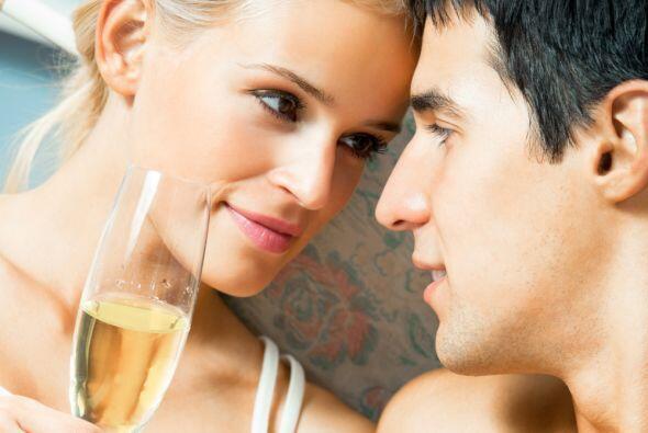 El vino blanco, frío y espumoso, el adorno floral adecuado y la ropa int...