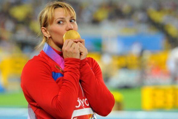 Abakumova disfrutó de la medalla de oro cuando subió al podio.