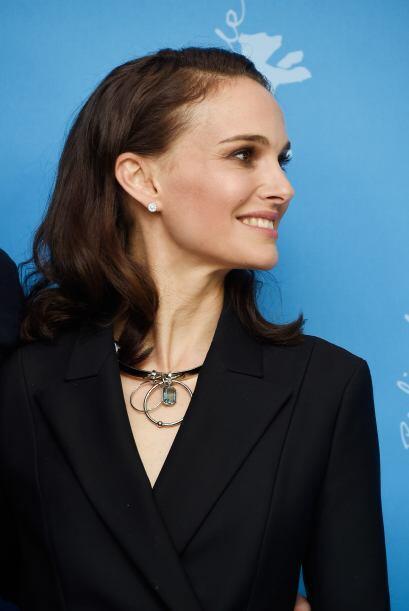 Castaño con ondas, así es este 'long bob' que muestra Natalie Portman.