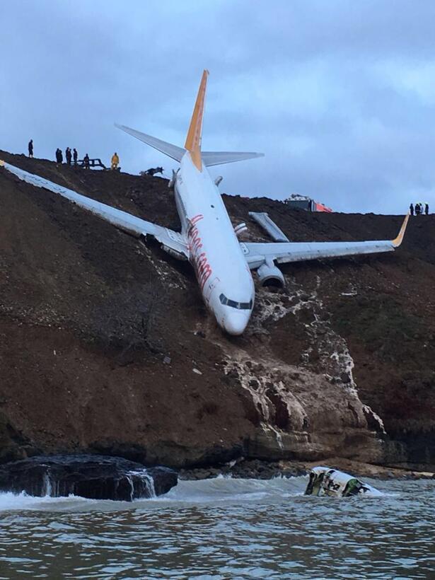 Fotos: Un avión con 168 personas a bordo despista y queda al borde del m...