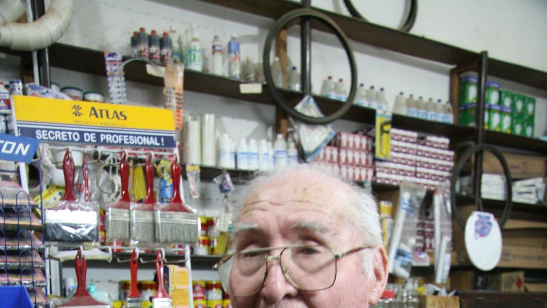René Cadima, fotógrafo de Vallegrande, con una de las imágenes que le hi...