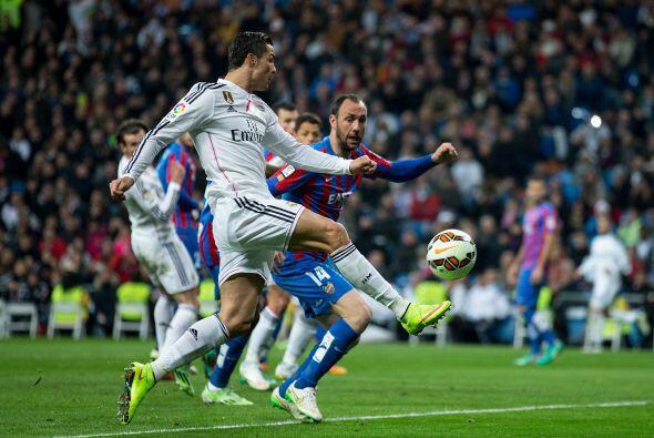 Antes de finalizar la primera parte, nuevamente Bale anotó tras desviar...