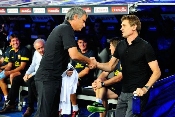 Una vez más, José Mourinho y Tito Vilanova se saludaron antes de que com...