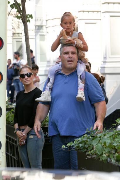 El guardaespaldas cargó sobre sus hombros a la nena. Mira aquí los video...