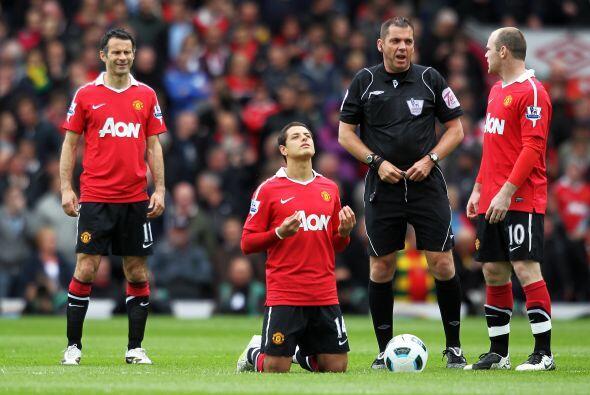 'Chicharito' hizo su rezo mientras Giggs, el árbitro y Rooney hac...