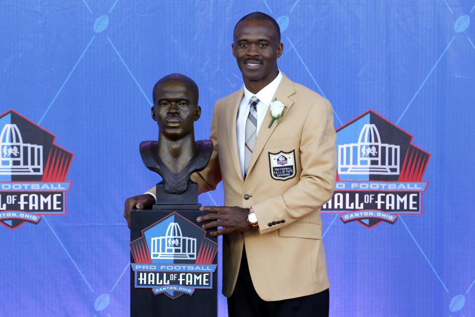 Fue seleccionado para el Pro Bowl en ocho ocasiones consecutivas, de 199...