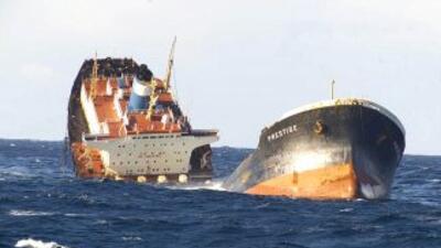 El barco petrolero Prestige, hace once años provocó un desastre ambienta...