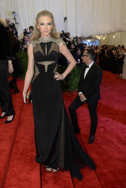 ¿La Dama de Negro? ¡No!, es Taylor Swift, quien dejó la imagen de niña b...