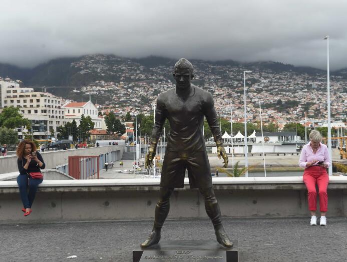 Ídolos del fútbol inmortalizados con esculturas alrededor del mundo gett...