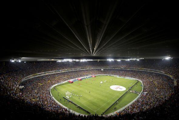 El viejo estadio Jalisco se volvió un fuerte de batalla impenetrable par...