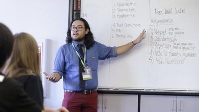 Justin Baldo, educador de salud conversa con alumnos de 9no en California