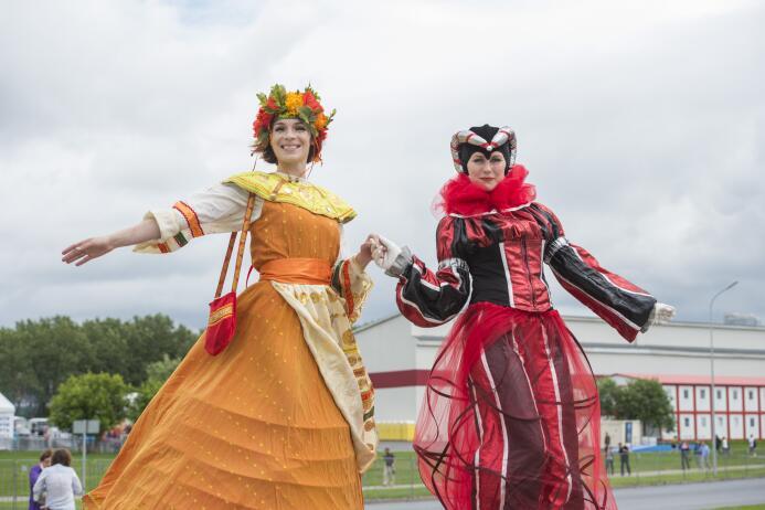 Hermosos trajes y mucho colorido de la afición en Rusia para el juego po...