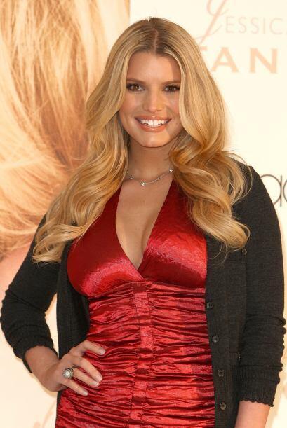 En diciembre de 2008, con un coqueto vestido rojo.