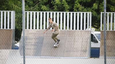 Justin Bieber usa a su guardaespaldas para… ¡saltarlo con la patineta!