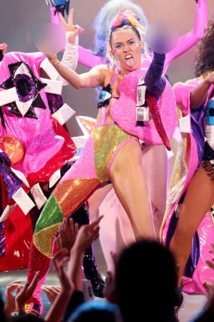 Pink dice que Demi y Miley son vulgares y embarazosas miley-cyrus-vma-ou...