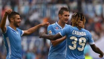 Cavanda es felicitado por Klose y Candreva luego de marcar uno de los tr...