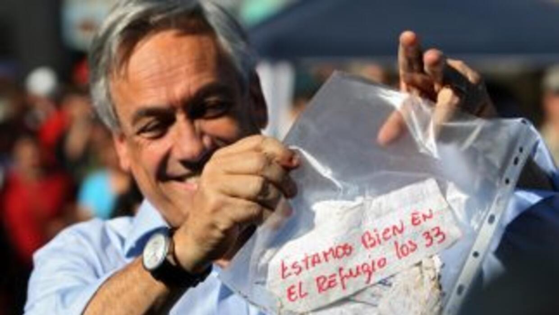 El presidente de Chile, Sebastián Piñera, muestra el mensaje de los mine...