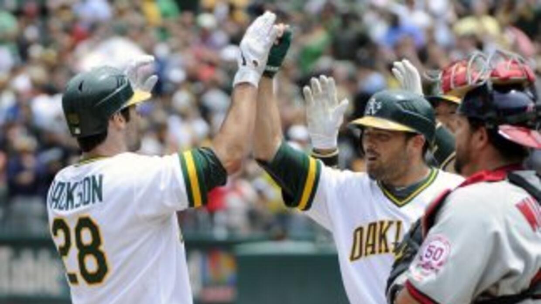 Conor Jackson celebra tras su grand slam en el primer inning en la victo...